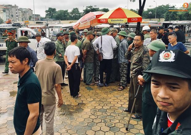 Đối tượng lạ chỉ mặt cảnh sát cơ động đòi vào VFF mua vé xem trận Việt Nam - Malaysia - Ảnh 1.