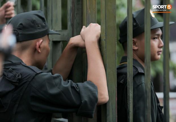 Đối tượng lạ chỉ mặt cảnh sát cơ động đòi vào VFF mua vé xem trận Việt Nam - Malaysia - Ảnh 2.