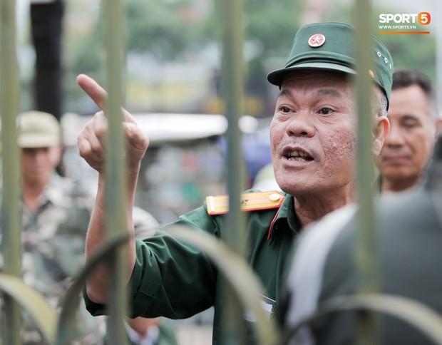 Đối tượng lạ chỉ mặt cảnh sát cơ động đòi vào VFF mua vé xem trận Việt Nam - Malaysia - Ảnh 3.