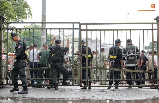 Đối tượng lạ chỉ mặt cảnh sát cơ động đòi vào VFF mua vé xem trận Việt Nam - Malaysia - Ảnh 12.