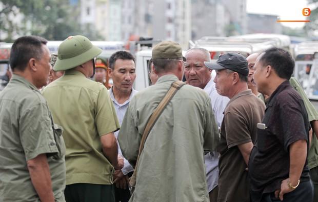 Đối tượng lạ chỉ mặt cảnh sát cơ động đòi vào VFF mua vé xem trận Việt Nam - Malaysia - Ảnh 9.