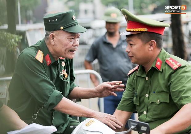 Đối tượng lạ chỉ mặt cảnh sát cơ động đòi vào VFF mua vé xem trận Việt Nam - Malaysia - Ảnh 6.
