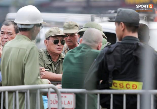 Đối tượng lạ chỉ mặt cảnh sát cơ động đòi vào VFF mua vé xem trận Việt Nam - Malaysia - Ảnh 8.