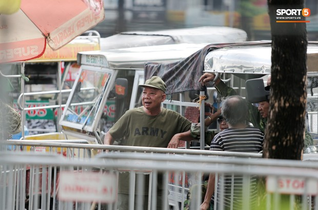 Đối tượng lạ chỉ mặt cảnh sát cơ động đòi vào VFF mua vé xem trận Việt Nam - Malaysia - Ảnh 7.