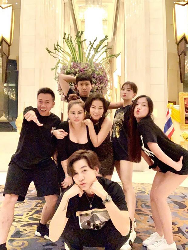 """Nguyên team Trấn Thành dresscode lồng lộn tưởng đi đâu, hoá ra là đi """"ăn sập Bangkok"""", lại còn toàn món lạ hoắc fan dòm không ra - Ảnh 4."""