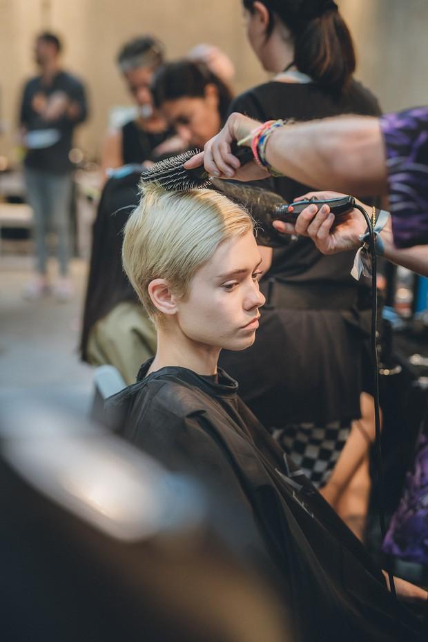 Để tóc đẹp hơn vài chân kính, bạn hãy làm theo lời khuyên từ các hairstylist tại Tuần lễ thời trang - Ảnh 2.