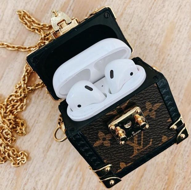 Louis Vuitton vừa giới thiệu hộp đựng AirPods xịn sò, dân tình tức tốc triệu hồi cô em trendy Khánh Linh vào mua - Ảnh 3.