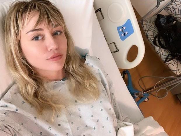 Nằm viện vẫn gây bão như Miley Cyrus: Hết lộ mặt mộc đẹp đỉnh cao lại tiện khoe bạn trai yêu chiều đến thăm - Ảnh 2.
