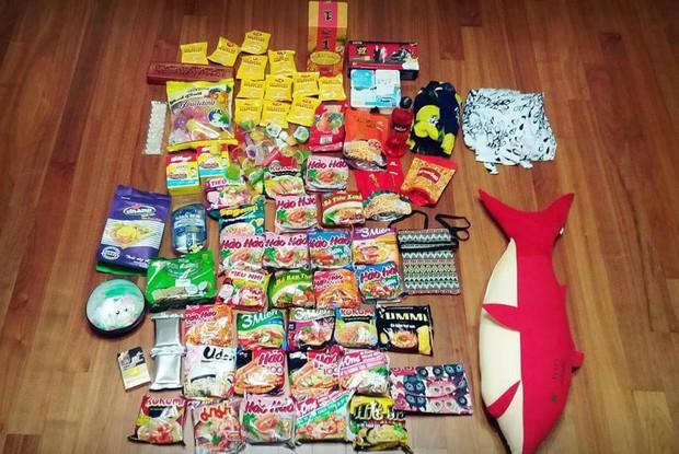Cô gái khoe vali bạn trai mua quà khi du lịch Việt Nam về: cộng đồng mạng sốt xình xịch vì không chỉ có mì gói mà rất nhiều thứ quen thuộc khác - Ảnh 1.