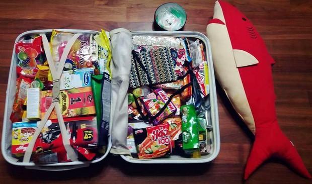 Cô gái khoe vali bạn trai mua quà khi du lịch Việt Nam về: cộng đồng mạng sốt xình xịch vì không chỉ có mì gói mà rất nhiều thứ quen thuộc khác - Ảnh 2.