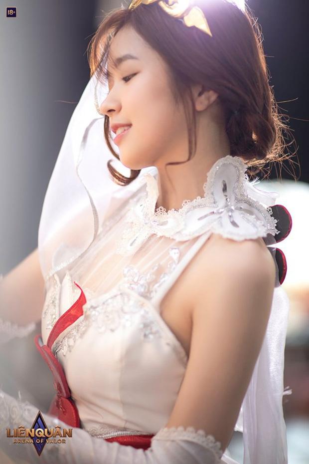 """7192653223282101741459594429025062238027776n-157062082451165638852 Suni Hạ Linh xinh như """"thần tiên tỉ tỉ"""" trong bộ ảnh cosplay skin Violet khiến game thủ đồng loạt """"rụng tim"""""""