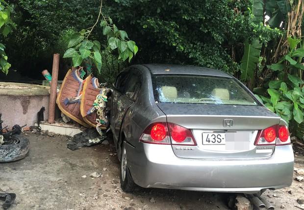 Ô tô mất lái đâm sập Miếu Ông Hổ ở Đà Nẵng, 1 người trọng thương - Ảnh 1.