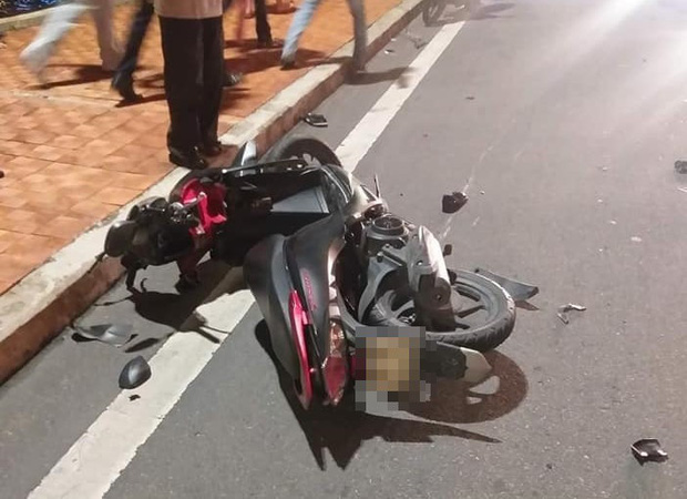 2 xe máy tông nhau trên cầu Rồng, thanh niên 22 tuổi chết thảm, 2 mẹ con trọng thương - Ảnh 2.