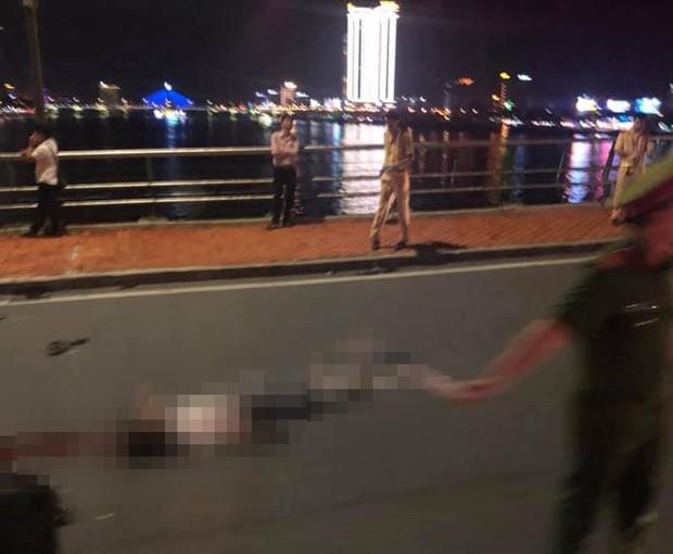 2 xe máy tông nhau trên cầu Rồng, thanh niên 22 tuổi chết thảm, 2 mẹ con trọng thương - Ảnh 1.