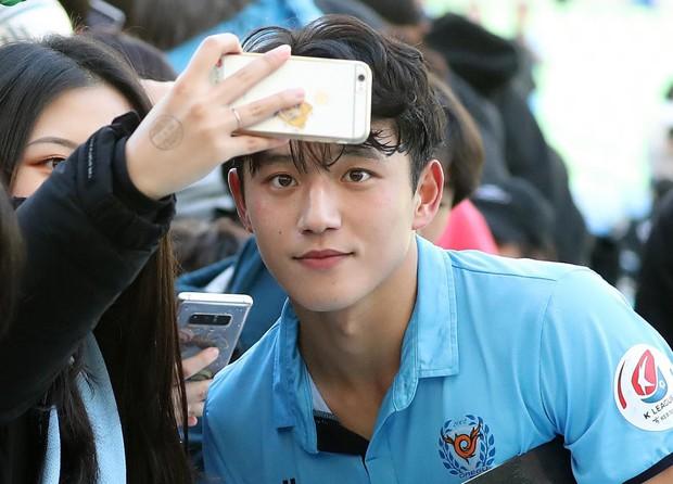 Nam thần sân cỏ người Hàn sở hữu vẻ ngoài như idol đang nổi rần rần, là phép cộng của SHINee Minho và GOT7 Jinyoung - Ảnh 1.