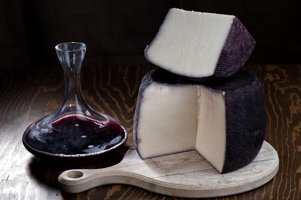 """Phô mai say rượu"""" màu tím lịm nổi tiếng nhất nước Ý: ăn vào liệu có """"chuếnh"""" hay không? - Ảnh 6."""