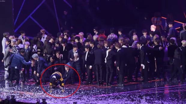 Xót xa hình ảnh các thành viên BTS kiệt sức trên sân khấu: V đứng không vững, Jungkook loáng choáng ngã quỵ, Jimin lăn đùng ra sàn - Ảnh 6.