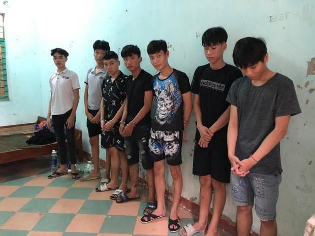 Nhóm thiếu niên tại cơ quan công an.