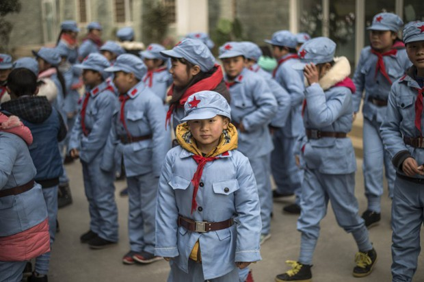 Tưởng vòng kim cô chỉ xuất hiện trong phim, hóa ra học sinh Trung Quốc thời nay cũng phải đeo thiết bị giống hệt vậy - Ảnh 2.