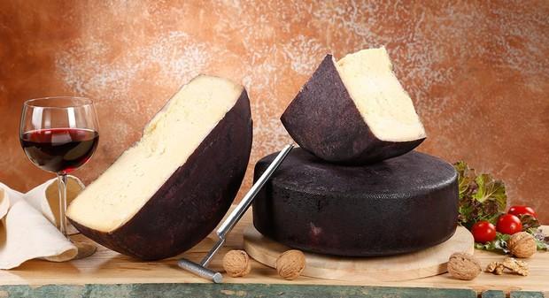 """Phô mai say rượu"""" màu tím lịm nổi tiếng nhất nước Ý: ăn vào liệu có """"chuếnh"""" hay không? - Ảnh 1."""