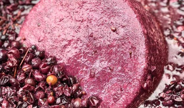 """Phô mai say rượu"""" màu tím lịm nổi tiếng nhất nước Ý: ăn vào liệu có """"chuếnh"""" hay không? - Ảnh 2."""