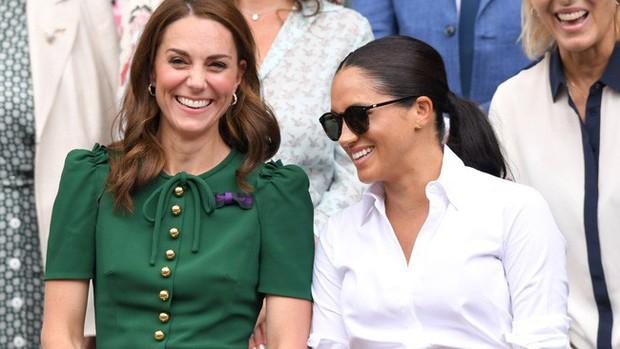 Tình chị em nồng thắm như Công nương Kate và Meghan: Có lọ dầu dưỡng chống lão hóa cũng chia nhau dùng chung? - Ảnh 1.
