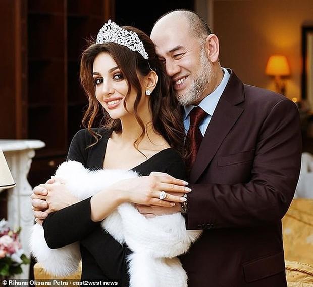 Hậu tin đồn đào mỏ, người đẹp Nga tố cựu Quốc vương Malaysia vô tâm, khiến cô phải bán nhẫn cưới cứu con trai - Ảnh 1.