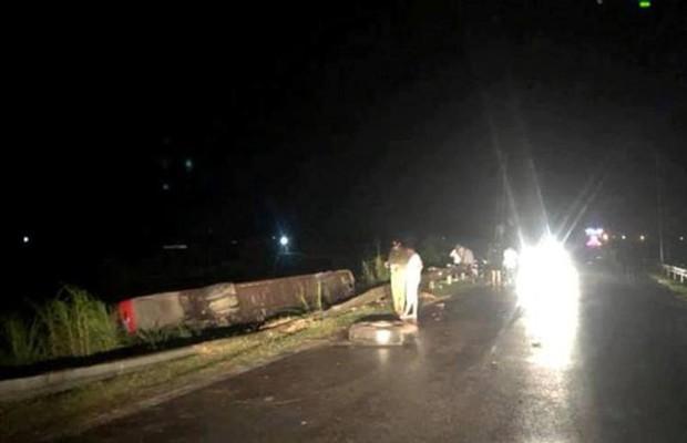 Hà Tĩnh: Xe giường nằm chở 20 người lao xuống ruộng trong đêm, 1 người chết tại chỗ - Ảnh 1.