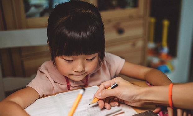 """Con gái khóc ròng vì bị cô giáo mắng chỉ làm được 4 điểm văn, ông bố hỏi một câu khiến cô giáo """"cứng họng"""" không nói thành lời - Ảnh 1."""