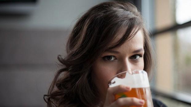Tạp chí Time khẳng định: Uống rượu, bia giúp chúng ta nói ngoại ngữ trôi chảy hơn - Ảnh 2.