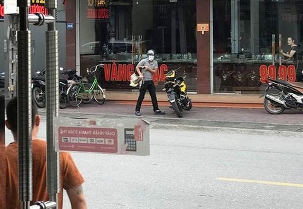 Con gái chủ tiệm vàng Quảng Ninh kể giây phút giằng co với tên cướp có súng - Ảnh 1.