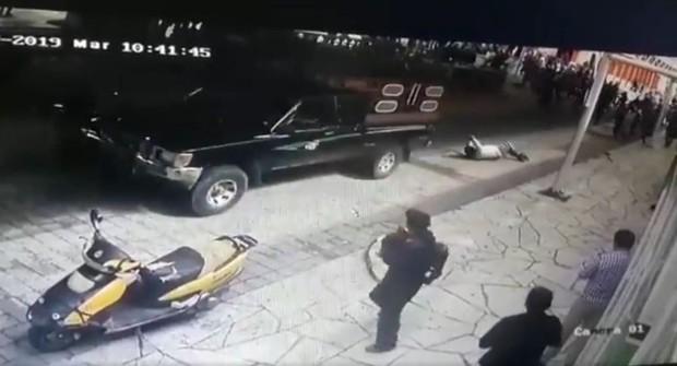 Thị trưởng ở Mexico bị bắt trói, kéo lê trên đường vì thất hứa với dân - Ảnh 1.