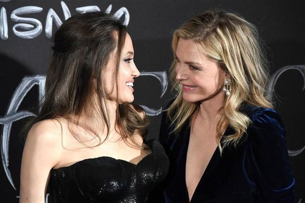 Angelina Jolie lộ ảnh bách hợp hôn môi bà sui ở họp báo Maleficent: Chị chị em em phiên bản Hollywood đây ư? - Ảnh 1.