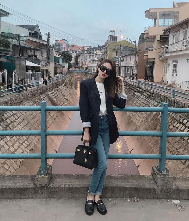 Học ngay 11 set đồ của Hoa hậu Hương Giang để mix quần jeans từ đơn giản đến cá tính - Ảnh 4.