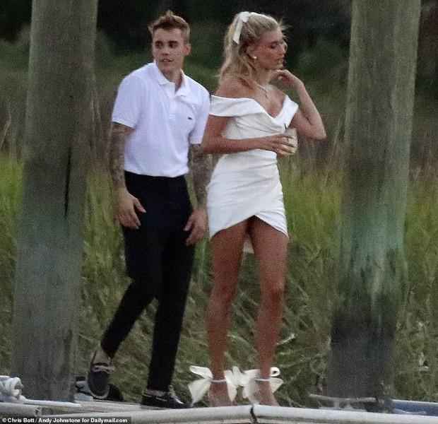 Đôi sandal bánh bèo 20 triệu đang bỏ bùa từ vợ Justin Bieber đến cả loạt sao châu Á thời gian gần đây - Ảnh 3.