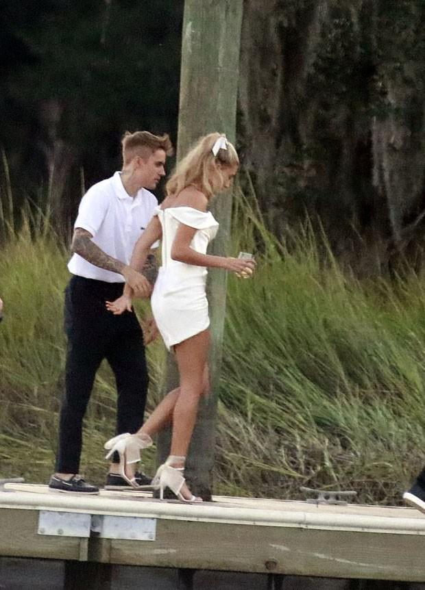 Đôi sandal bánh bèo 20 triệu đang bỏ bùa từ vợ Justin Bieber đến cả loạt sao châu Á thời gian gần đây - Ảnh 4.