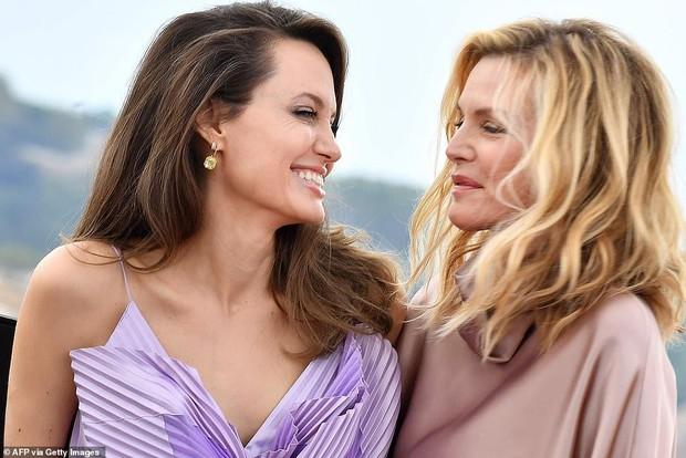 Angelina Jolie lộ ảnh bách hợp hôn môi bà sui ở họp báo Maleficent: Chị chị em em phiên bản Hollywood đây ư? - Ảnh 5.