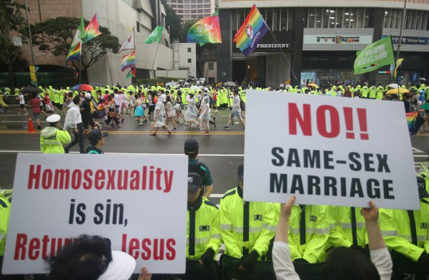 Nỗi khổ của cộng đồng LGBT ở Hàn Quốc: Bị xem như dân thứ cấp, không dám sống đúng với giới tính vì đâu đâu cũng kỳ thị - Ảnh 9.