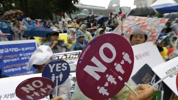 Nỗi khổ của cộng đồng LGBT ở Hàn Quốc: Bị xem như dân thứ cấp, không dám sống đúng với giới tính vì đâu đâu cũng kỳ thị - Ảnh 10.