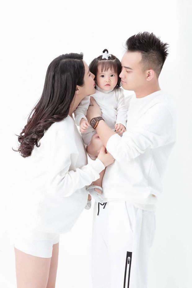 Diệp Lâm Anh hiếm hoi khoe ảnh gia đình, cô con gái 1 tuổi khiến dân tình phải thốt lên Thiên thần nhí đây rồi! - Ảnh 3.