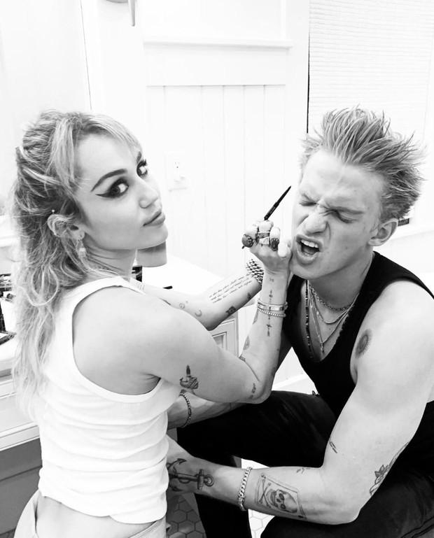 Miley Cyrus cuối cùng đã tìm được 1 nửa hoàn hảo: Bung xõa hết cỡ với bạn trai, bàn tay hư hỏng của Cody gây chú ý - Ảnh 6.
