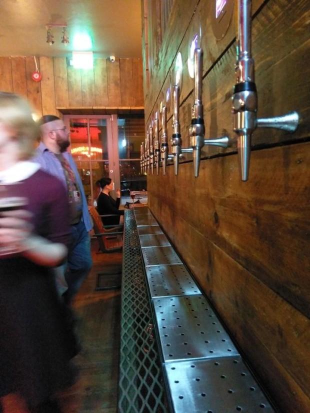 Những thiết kế lạ lùng ở các nhà hàng và quán bar trông như… có thù với cả thế giới, muốn đánh đố khách hàng hay gì? - Ảnh 11.