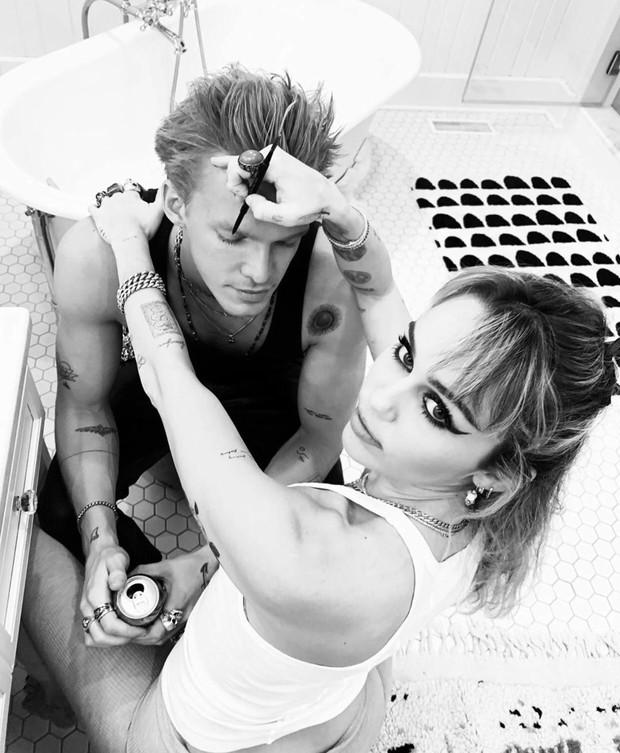 Miley Cyrus cuối cùng đã tìm được 1 nửa hoàn hảo: Bung xõa hết cỡ với bạn trai, bàn tay hư hỏng của Cody gây chú ý - Ảnh 5.