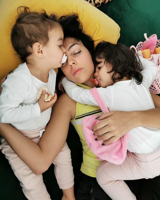 Hai cô con gái rượu của Ronaldo khiến dân mạng rụng tim bởi khoảnh khắc yêu thương nhau cực kỳ tình cảm - Ảnh 2.