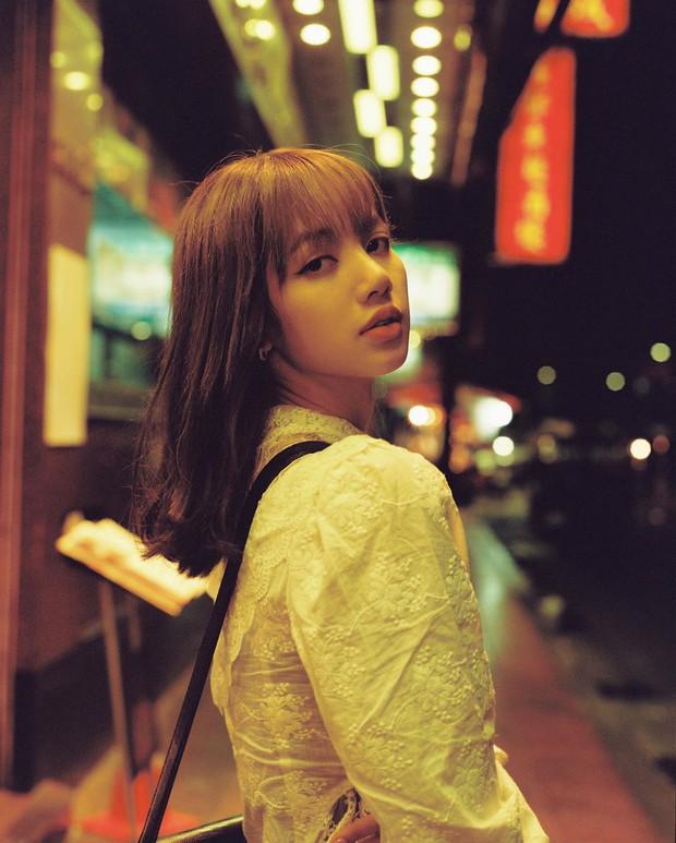 """Mặc đẹp hơn cả mẫu trên web hãng, Lisa lại khiến mẫu áo """"sến súa"""" này sold out chỉ sau 1 tiếng đồng hồ - Ảnh 2."""