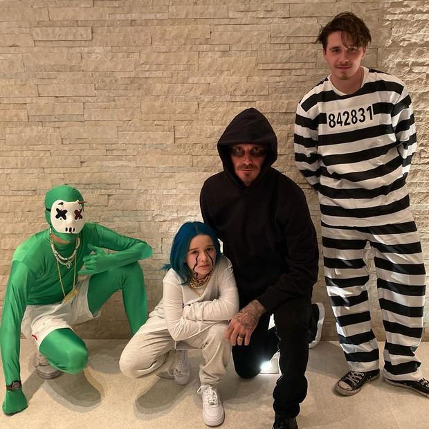 Hậu trường lên đồ Halloween gây bão nhà Beckham: Harper siêu ngầu, ngồi cặm cụi tô vẽ cho bố David và anh trai - Ảnh 1.