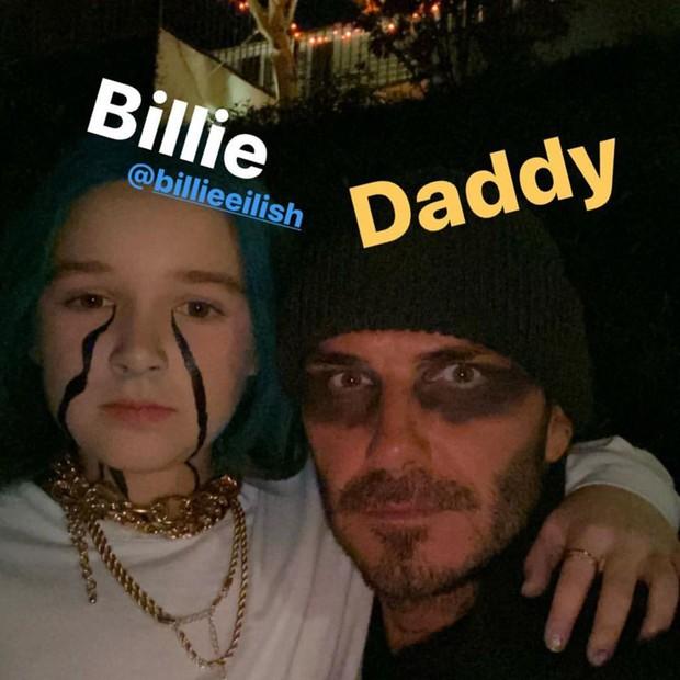 Hậu trường lên đồ Halloween gây bão nhà Beckham: Harper siêu ngầu, ngồi cặm cụi tô vẽ cho bố David và anh trai - Ảnh 8.