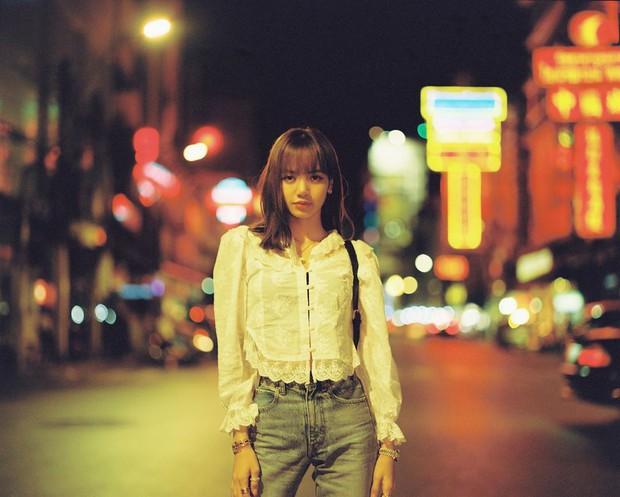 """Mặc đẹp hơn cả mẫu trên web hãng, Lisa lại khiến mẫu áo """"sến súa"""" này sold out chỉ sau 1 tiếng đồng hồ - Ảnh 1."""