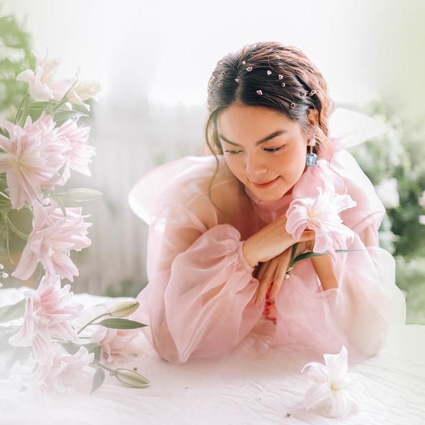 Đụng áo xuyên thấu: Angela Phương Trinh sexy, lúng liếng khác hẳn vẻ trong trẻo của đàn chị Phạm Quỳnh Anh - Ảnh 2.