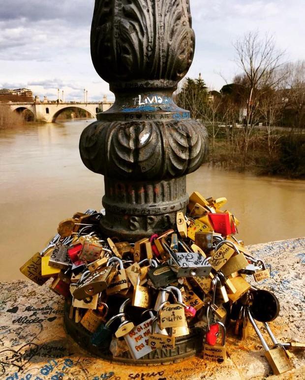 """10 địa điểm """"khóa chặt"""" tình yêu nổi tiếng nhất trên thế giới, không thể không nhắc đến cầu tình yêu ở Việt Nam - Ảnh 12."""